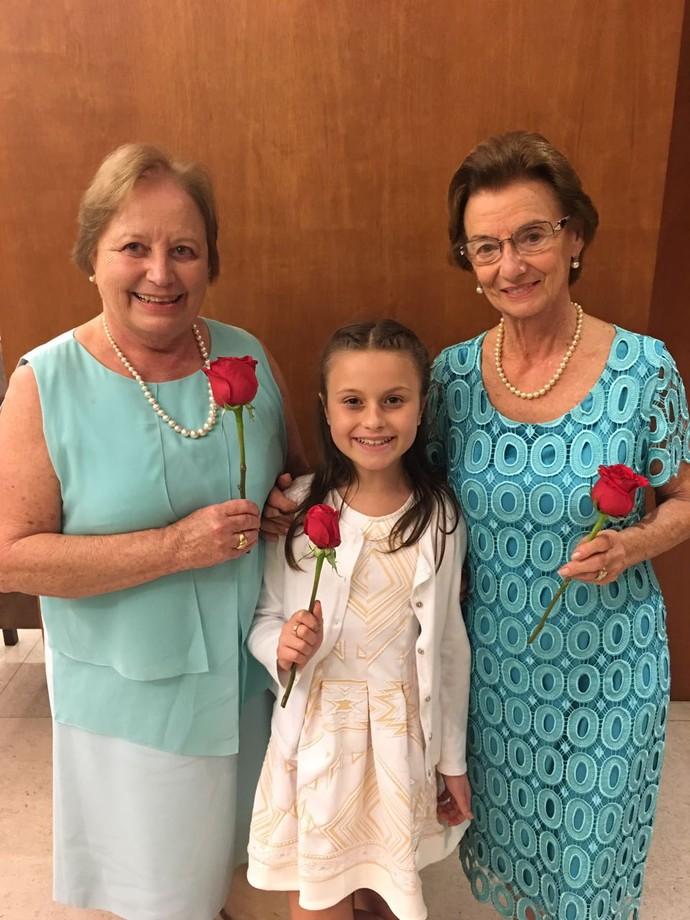 As vovós e a pequena foram presenteadas com rosas pelo Rei (Foto: arquivo pessoal)