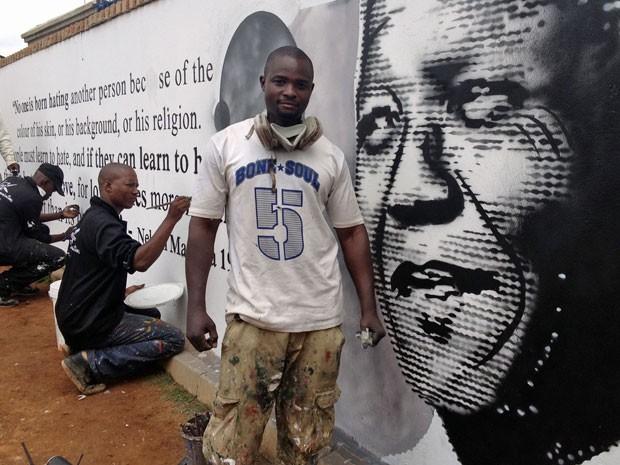 """""""Queremos fazer ele ser lembrado. O dono doou o muro e estamos doando nossa energia"""", disse Nabil Batenga (Foto: Giovana Sanchez/G1)"""