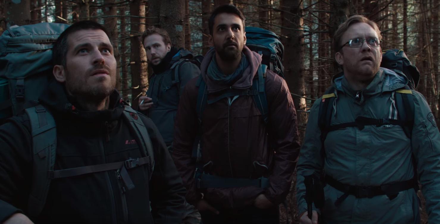 Cena de The Ritual, em que amigos entram em uma floresta e acabam em uma cabana abandonada (para serem mortos, claro) (Foto: Reprodução/Youtube)