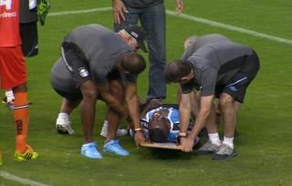 Mamute sente a perna em tentativa de gol e é levado do gramado em maca no final da partida de Grêmio e Juventude-RS (Foto: Reprodução)