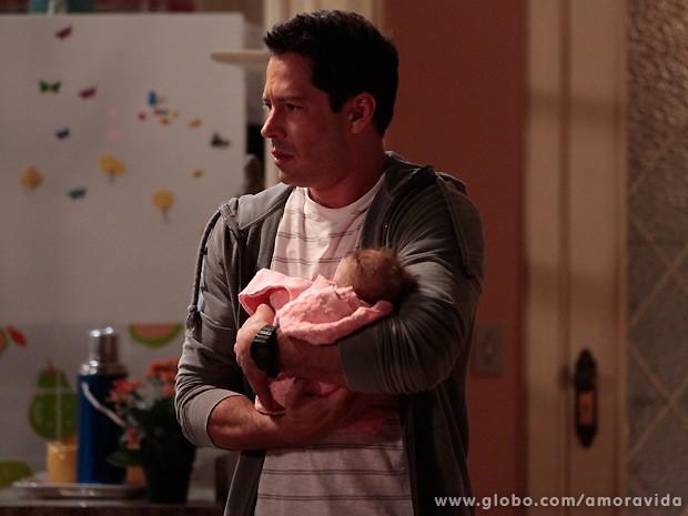 Bruno entra em seu apartamento com o bebê no colo (Foto: Amor à Vida / TV Globo)