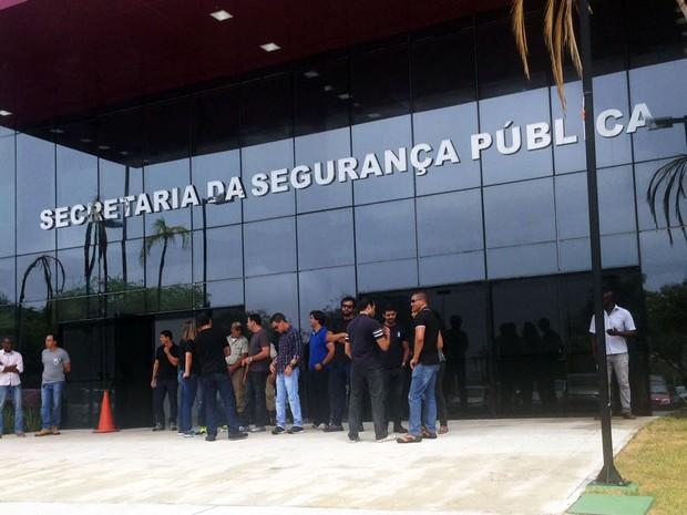 Grupo de policiais civis se reuniram em frente à Secretaria de Segurança Pública da Bahia, no CAB (Foto: Rafael Teles/G1)