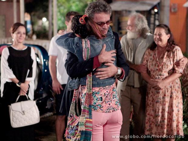 Depois de uma briga feia, avô e neta se entendem (Foto: Flor do Caribe / TV Globo)
