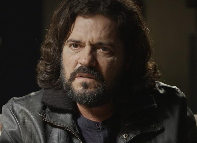 O escritor se surpreende com a identidade de seu pai biológico (Foto: TV Globo)