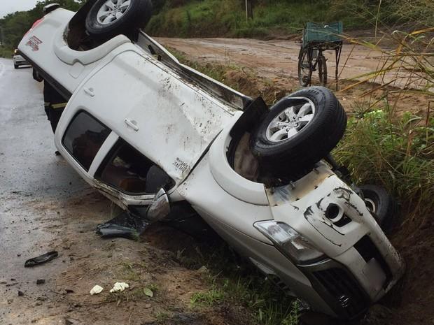 Motorista perdeu o controle do veículo, que capotou e saiu da pista (Foto: Walter Paparazzo/G1)