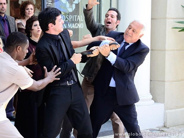Os dois brigam pelo cinto e depois são esculachados por Pilar (Foto: Ellen Soares / TV Globo)
