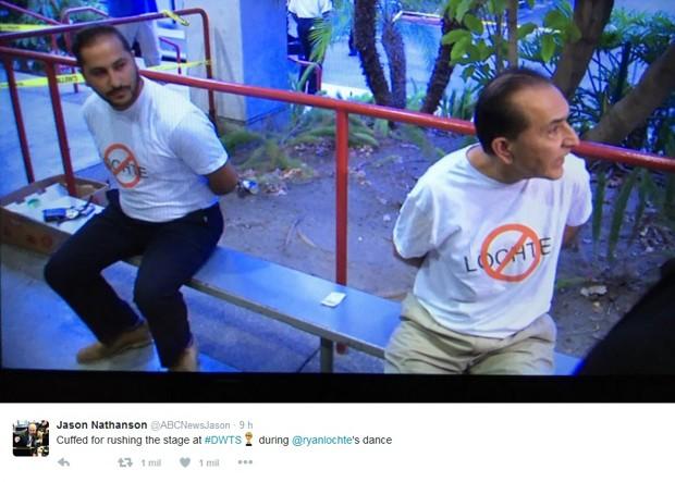 O repórter Jason Nathanson, da ABC News, publicou foto em seu Twitter dos dois homens que invadiram o palco do programa Dancing with the Stars com camisetas de protesto contra o nadador Ryan Lochte (Foto: Reprodução/Twitter/@ABCNewsJason)