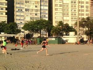 Moradores se reúnem para praticar exercícios monitorados por profissional (Foto: João Paulo de Castro / G1)