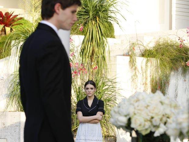 Cida vê Conrado de terno e gravata e fica balançado (Foto: Cheias de Charme / TV Globo)