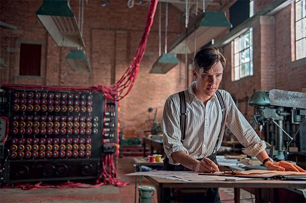 DRAMA E INTELECTO O ator Benedict Cumberbatch como Alan Turing, em cena de O jogo da imitação, e uma foto do verdadeiro matemático (abaixo). Ele quebrou a criptografia do Exército alemão (Foto: Fotos: divulgação e AFP)