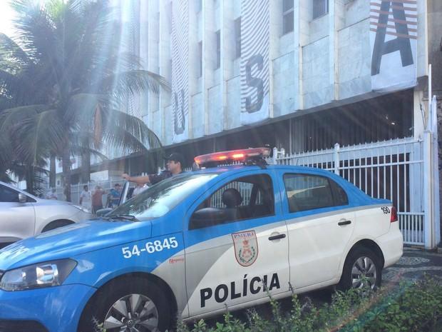 Viatura da polícia reforça segurança na entrada do House of USA (Foto: Gabriel Barreira/G1)