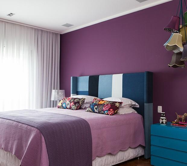 quarto-arquiteta-andrea-murao-roxo-cabeceira-patchwork (Foto: Lufe Gomes/Editora Globo)