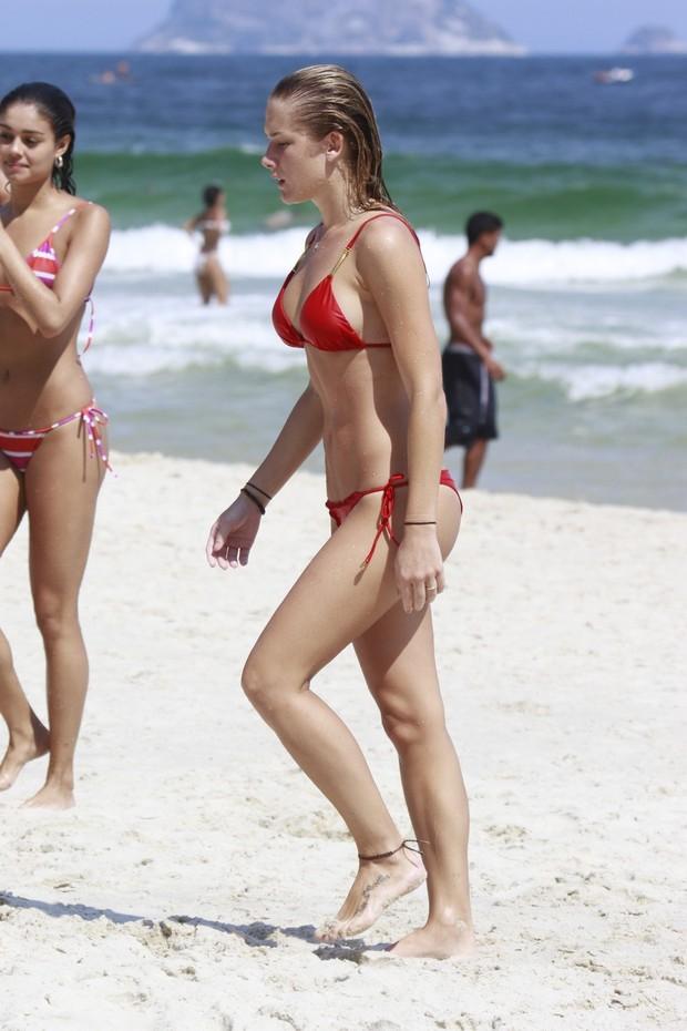Sophie Charlotte e Fiorella Mattheis na praia da Barra (Foto: Dilson Silva / Agnews)
