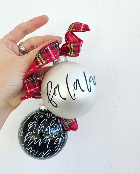 Bolas de Natal com o nome dos convidados: um charme! (Foto: @laurenliberg)