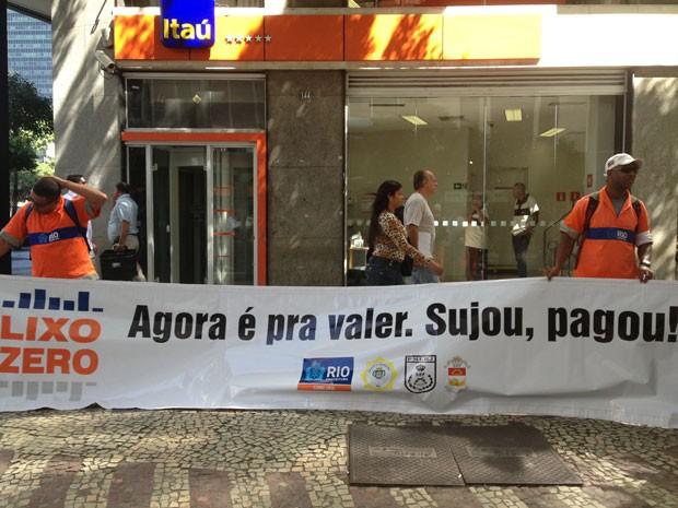 Garis exibem cartaz educativo em ruas do Centro do Rio (Foto: Cristiane Cardoso/G1)