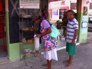 EStante fica em frente a mercado em Petrolina (Foto: Reprodução/ TV Grande Rio)