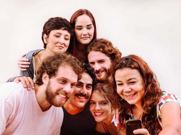 """Elenco da peça """"Para os que Estão em Casa"""" em selfie coletiva (Foto: Vicente de Mello)"""