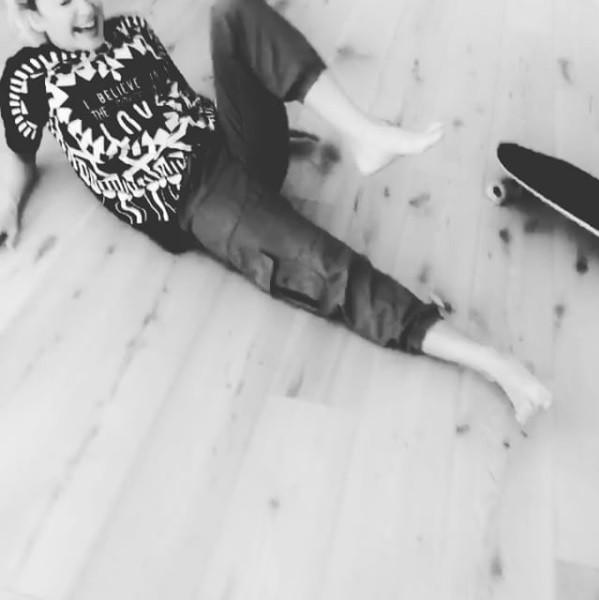 Claudia Leitte leva tombo e posta em sua rede social (Foto: Reprodução/Instagram)