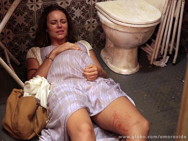 Paloma entra em trabalho de parto num boteco no centro da cidade (Foto: Amor à Vida / TV Globo)