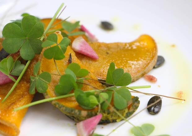 Receita: ravioli de abóbora recheado com tofu e folhas de rabanete (Foto: Simplesmente)