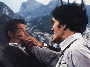 O 11º filme da série de James Bond, com Roger Moore no papel do agente secreto, o filme teve várias cenas filmadas no Rio. Destaque para uma 'tirolesa' no cabo do Bondinho do Pão de Açúcar e para cena onde ele pula carnaval num beco da cidade. (Foto: Reprodução/Youtube)