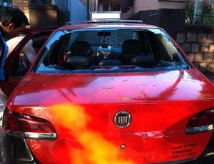 Táxi teve os vidros quebrados por torcedores gremistas (Foto: Arquivo Pessoal)