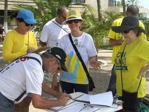 Manifestantes assinam petição para projeto contra corrupção (Foto: Waldson Costa/G1)