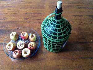 Passo 5: para completar, encha as maçãs com vinho (Foto: Luíza Fregapani/ G1 SC)
