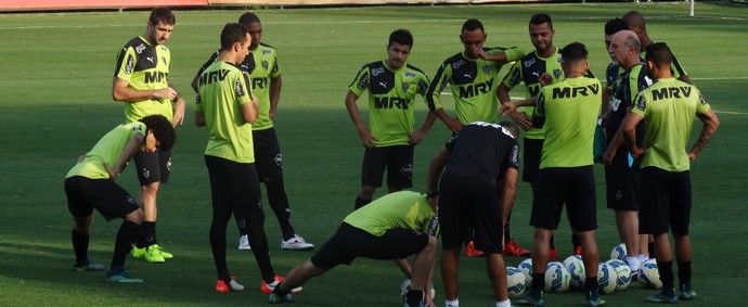 Jogadores do Atlético-MG reunidos no campo (Foto: Maurício Paulucci)