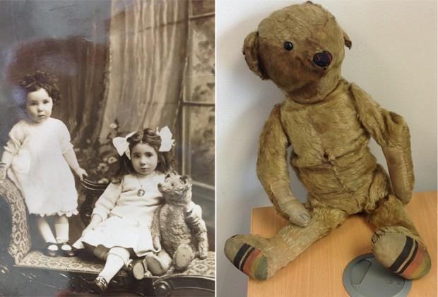 O ursinho misterioso ao lado da foto em que ele próprio aparece, em 1918 (Foto: BRISTOL AIRPORT/AFP)