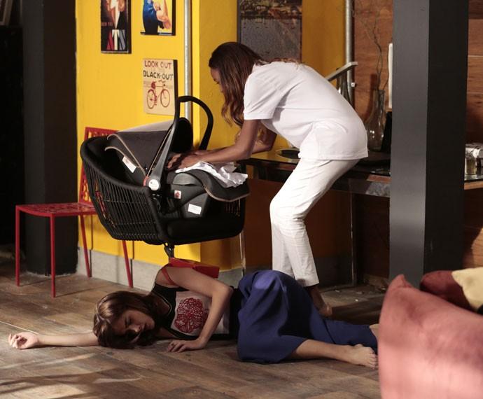 Alceste sequestra a filha de Margot após golpear a arquiteta (Foto: Felipe Monteiro/Gshow)