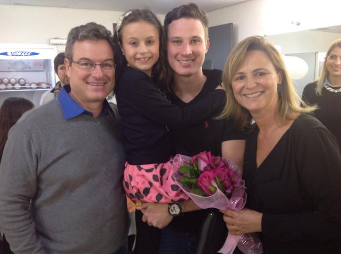 Rafinha comemorou o sucesso do show com a família: o papai Aguilar, a mamãe Márcia e o irmão Felipe (Foto: Divulgação/RPC)