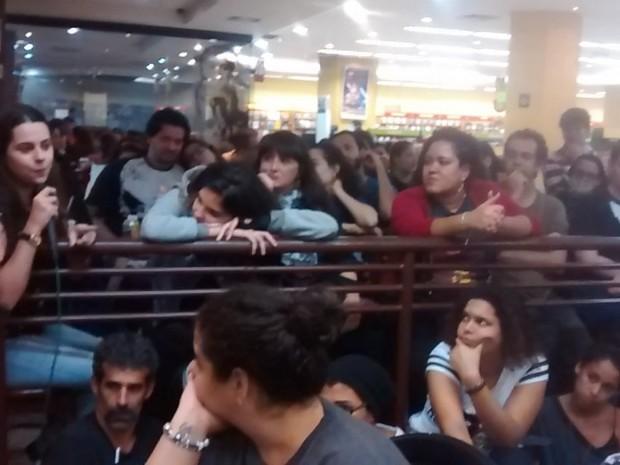 Fãs esperam pelo lançamento do livro em inglês em livraria no Rio de Janeiro (Foto: Reprodução/Twitter/Editora Rocco)