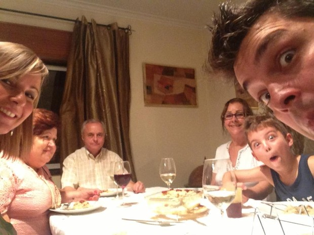Daniella Faria com a família em Portugal (Foto: Reprodução/Facebook)