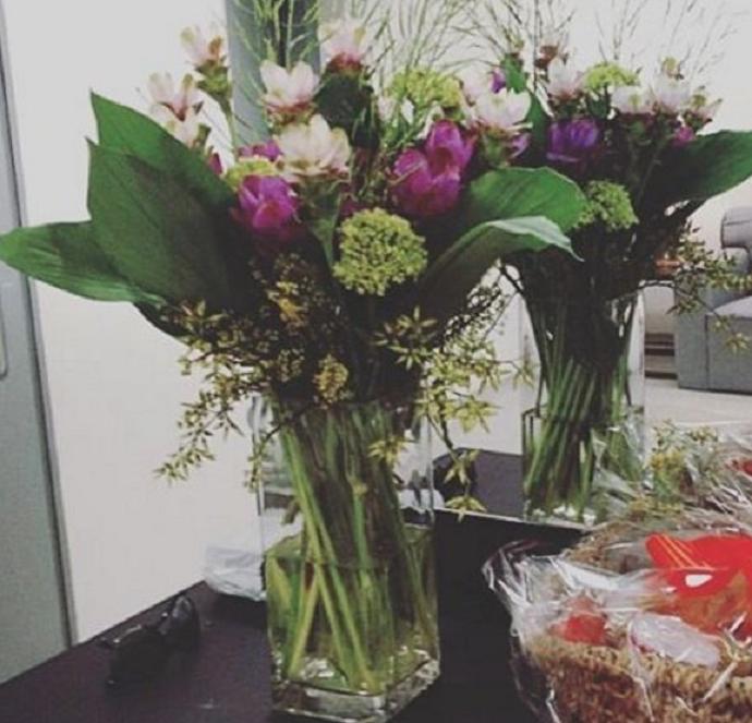 Elza Soares recebeu flores no Maracanã (Foto: Reprodução / Twitter)