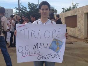 Thawana Alves Pacheco, estudante do terceiro ano, com cartaz (Foto: Paula Casagrande/G1)