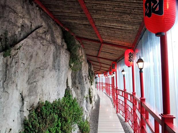 O corredor da passarela de 30 m que leva até o restaurante (Foto: Han Yuhong / Imaginechina/ AFP)