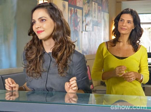 Marina tenta levar numa boa a alfinetada de Cadu (Foto: Em Família/ TV Globo)
