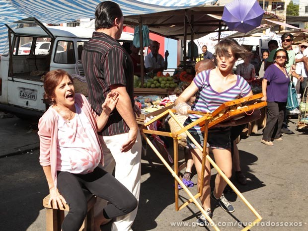 A víbora passa perrengue fugindo do rapa (Foto: Guerra dos Sexos / TV Globo)