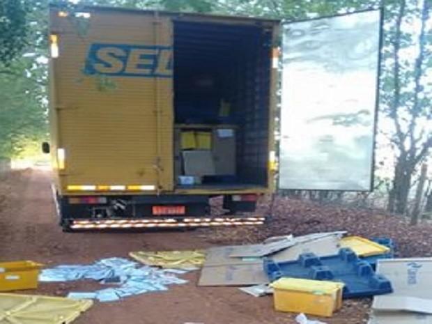 Caminhão dos Correios foi abandonado após assalto (Foto: Polícia Militar/Divulgação)
