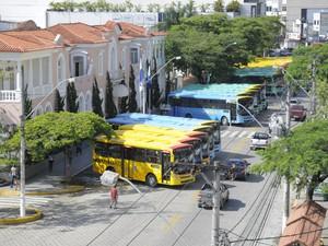 Ônibus estão expostos em frente à prefeitura (Foto: Anderson Boy/Secom Nova Friburgo)