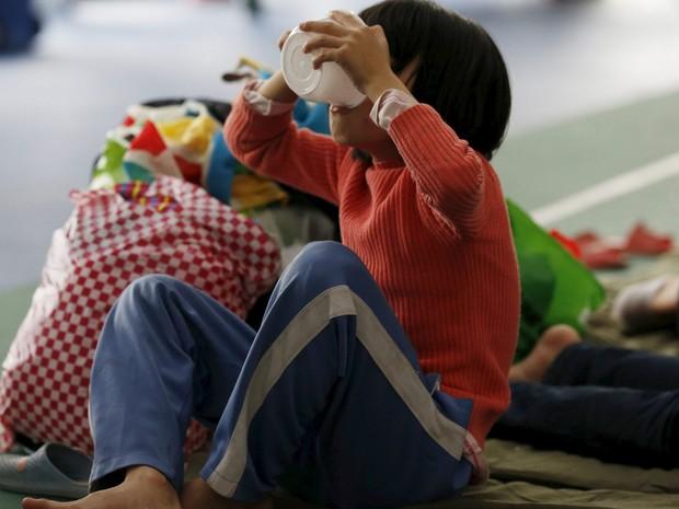 Sobreviventes estão sendo levados para abrigos improvisados, incluindo esse ginásio em Shenzhen (Foto: Reuters/Kim Kyung-Hoon)