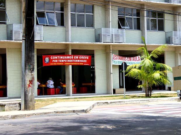 Faixa em um dos prédios da Ufam sinaliza greve  (Foto: Suelen Gonçalves/G1 AM)