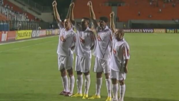 Ganso comemora gol com companheiros do Santos (Foto: Reprodução SporTV)