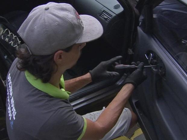Ele trabalha com consertos e trocas de vidros em veículos (Foto: Reprodução/TV TEM)