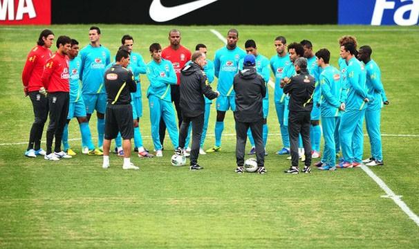 Sob o comando de Mano Menezes, jogadores se preparam para o amistoso (Foto: Marcos Ribolli / Globoesporte.com)