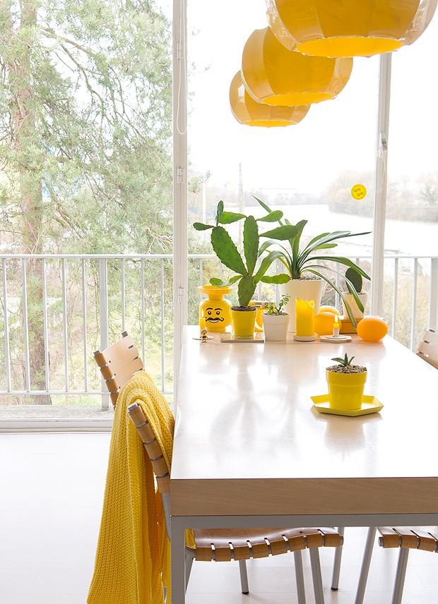 Quase integrada com a área externa graças às grandes janelas, a sala de jantar de Judith é superiluminada. A mistura do verde com a decoração amarela é bem brasileira (Foto: Judith de Graaff | JOELIX.com)