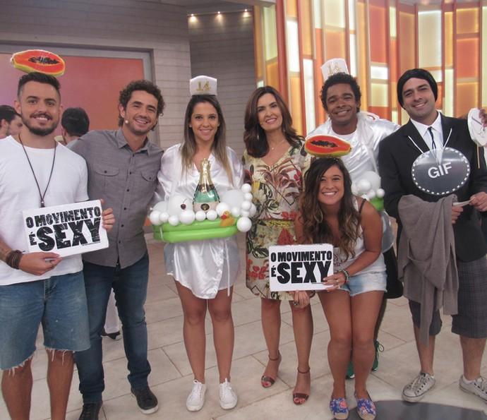 Grupo com fantasiadas inusitadas faz registro com Fátima e Andreoli (Foto: Priscilla Massena/Gshow)
