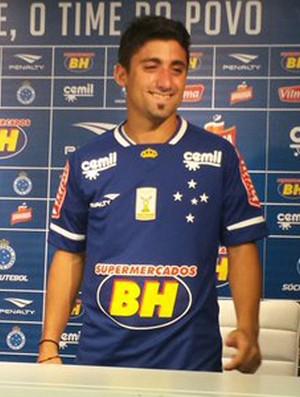 Matías Pisano, meia do Cruzeiro, com a camisa (Foto: Marco Astoni)