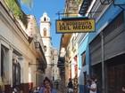 Bruna Marquezine posa de shortinho tomando drinque em viagem a Cuba